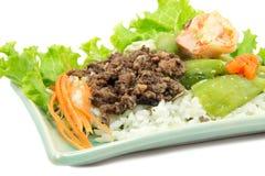 Le riz cuit à la vapeur avec la courgette et la crevette frites et le porc a salé l'oliv image libre de droits