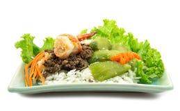 Le riz cuit à la vapeur avec la courgette et la crevette frites et le porc a salé l'oliv photo stock