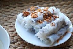 Le riz cuit à la vapeur cuon-vietnamien de Banh roule avec l'intérieur de viande hachée accompagné du bol de sauce à poissons Photo libre de droits