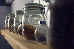 Le riz dans le pot sur les tuiles de fond Vue de côté, Mac Images stock