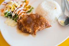 Le riz de jasmin complété avec de la salade épicée de poulet croustillant s'est mélangé à v Images libres de droits