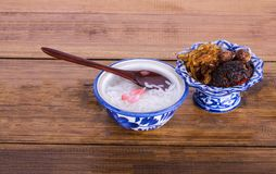 Le riz de jasmin cuit par cuisine thaïlandaise royale imbibé dans l'eau glacée a servi avec la nourriture complémentaire photos libres de droits