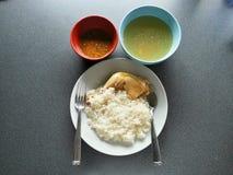 Le riz de poulets et les soupes, nourriture thaïlandaise Photographie stock libre de droits