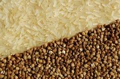 Le riz et le sarrasin associent entre eux sur le diamètre Photos stock