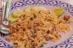 Le riz frit avec du porc a mis des oeufs et les légumes verts feuillus sont MOS photographie stock
