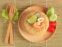 Le riz frit avec la crevette et le calmar a servi d'un plat Photographie stock libre de droits