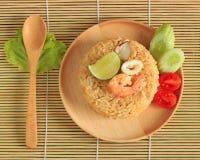 Le riz frit avec la crevette et le calmar a servi d'un plat Image libre de droits