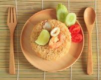 Le riz frit avec la crevette et le calmar a servi d'un plat Photographie stock