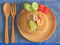 Le riz frit avec la crevette et le calmar a servi d'un plat Photo stock