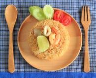 Le riz frit avec la crevette et le calmar a servi d'un plat Images libres de droits