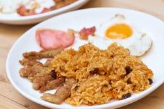 Le riz frit d'Américain est un plat thaïlandais de riz frit avec les ingrédients américains de côté de ` de ` comme l'oeuf au pla Photo stock