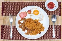 Le riz frit d'Américain est un plat thaïlandais de riz frit avec les ingrédients américains de côté de ` de ` comme l'oeuf au pla Images stock