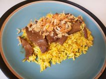 Le riz jaune musulman avec le poulet, poulet Biryani avec le chutney vert/lui le ` s a appelé Koa Mook Gai image stock