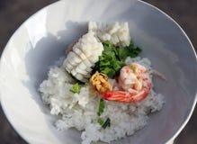 Le riz mélangé à la crevette, au calmar et au porc, garnissent avec la coriandre et préservé du céleri Images libres de droits