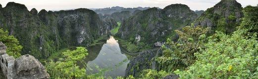 Le riz met en place pendant le début de la matinée chez Tam Coc, Ninh Binh, Vietnam photos stock