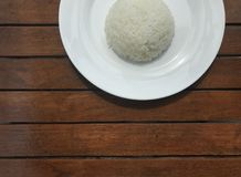 Le riz thaïlandais simple du plat blanc a mis dessus la table en bois brune Images stock