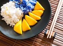 Le riz visqueux mangent avec des mangues Photo stock