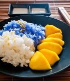 Le riz visqueux mangent avec des mangues Photographie stock