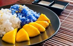 Le riz visqueux mangent avec des mangues Image libre de droits