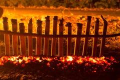Le RIZ VISQUEUX A RÔTI DANS l'arome de JOINTS de BAMBOU et la chaleur d'un f Photo libre de droits