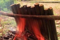 Le riz visqueux a rôti dans les joints en bambou photos stock