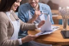 Le roade par som arbetar med legitimationshandlingar vid tabellen Arkivfoton