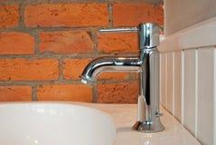 Le robinet avec le vieux mur de briques Image stock
