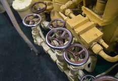 Le robinet brillant en métal industriel de fond tape l'usine fiable image libre de droits