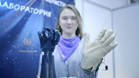 le Robo-bras r?p?te les mouvements de la main humaine Le bras en plastique d'un robot est pli? comme une main humaine Technologie banque de vidéos