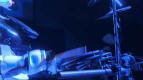 Le robot blanc joue la musique sur l'?tape Tambours de jeux pour l'assistance Nouvelles technologies dans l'art Le robot cr?e la  clips vidéos