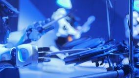 Le robot blanc joue la musique sur l'?tape Tambours de jeux pour l'assistance Nouvelles technologies dans l'art Le robot cr?e la  banque de vidéos