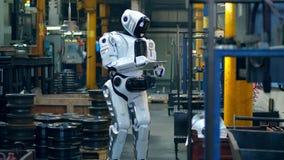 Le robot cybernétique actionne un comprimé dans une unité d'usine clips vidéos