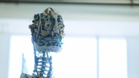 Le robot femelle de humano?de futuriste est oisif Concept d'avenir La tête d'un robot androïde de humanoïde de humanoïde Le robot clips vidéos