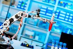 Le robot manoeuvre le produit chimique Image libre de droits