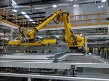 Le robot peut dedans usine images stock