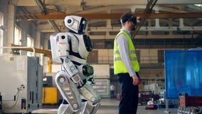 Le robot répète des mouvements après un homme en VR-verres banque de vidéos