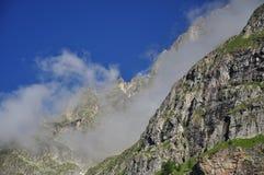 Le rocce alpine ed annebbia, alpi italiane, la valle d'Aosta. Fotografia Stock Libera da Diritti