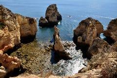 Le rocce? che cosa le hanno che fanno giù là? Fotografie Stock