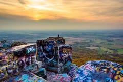 Le rocce coperte graffiti e trascurano della valle del Cumberland per Immagine Stock