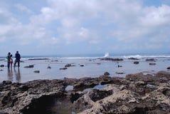 Le rocce dalla spiaggia fotografia stock libera da diritti