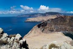 Le rocce della costa Est del Madera hanno circondato con l'Atlantico Fotografie Stock Libere da Diritti