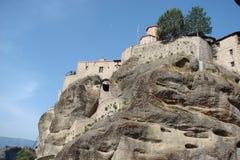 Le rocce della st Meteora nella zona centrale della Grecia 06 18 2014 Paesaggio della natura montagnosa, degli stabilimenti e del Immagine Stock