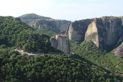 Le rocce della st Meteora nella zona centrale della Grecia 06 18 2014 Paesaggio della natura montagnosa, degli stabilimenti e del Fotografie Stock Libere da Diritti