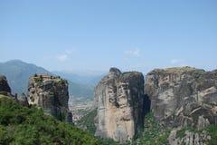 Le rocce della st Meteora nella zona centrale della Grecia 06 18 2014 Paesaggio della natura montagnosa, degli stabilimenti e del Immagini Stock Libere da Diritti