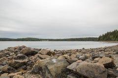 Le rocce e la spiaggia alla palude graziosa sul supporto abbandonano in Maine immagini stock