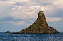 Le rocce famose del Aci Trezza, Catania, Sicilia, Italia immagini stock