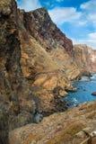 le rocce Giallo-rosse su un oceano costeggiano, il Madera, Portogallo Fotografia Stock