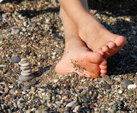 Le rocce impilano ed i piedi del ragazzo Immagine Stock Libera da Diritti