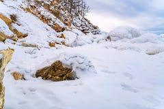 Le rocce nel lago Baikal hanno coperto di ghiaccio e di neve Immagine Stock Libera da Diritti