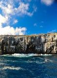 Le rocce nell'oceano Pacifico hanno tagliato l'acqua dal cielo blu piacevole Immagine Stock Libera da Diritti